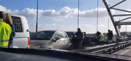Kettingbotsing op Merwedebrug zorgt voor chaos op A27
