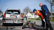 Brommer crasht met hoge snelheid tegen auto