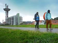 Kunstenaars doorkruisen Zeeland tijdens voetreis van 300 kilometer: 'Ook in Europa zijn er problemen rond migratie'