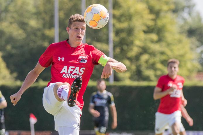 AZ-aanvoerder Guus Til in Goes in actie tegen Lokeren.