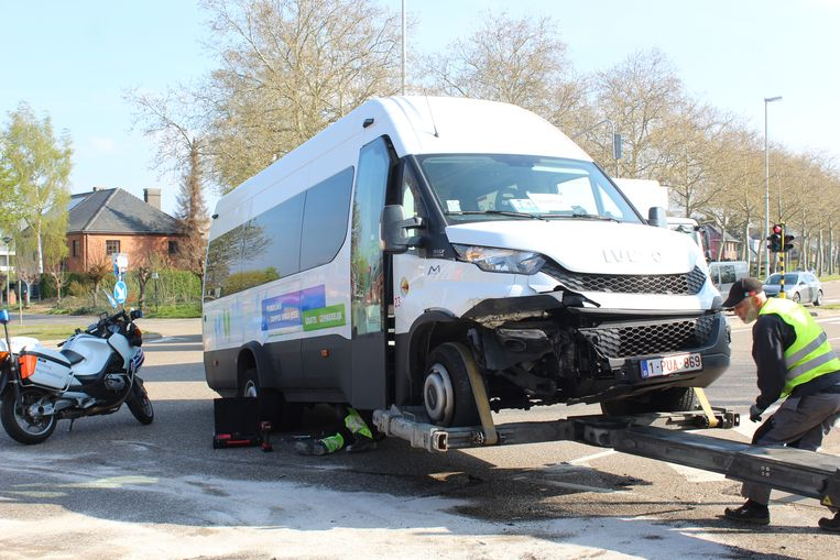 Het busje kwam in botsing met een auto, twee personen raakten gewond