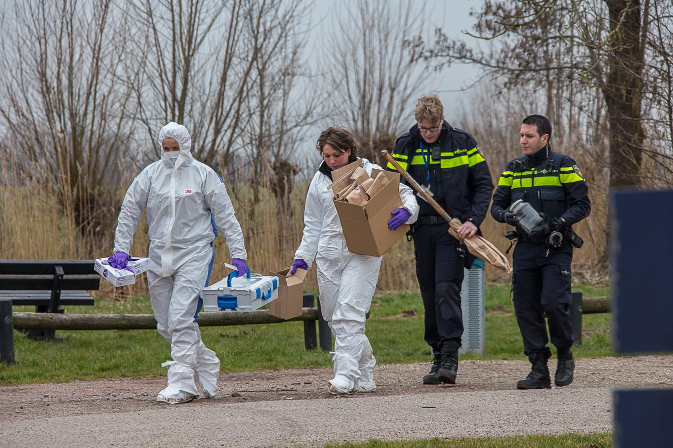 Rechercheurs aan de Bosdijk bij Nieuwer Ter Aa, waar S. met zijn slachtoffer heen zou zijn gereden.