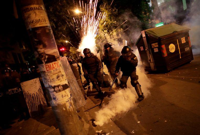 Oproerpolitie in La Paz, waar massaal gedemonstreerd wordt. Beeld REUTERS
