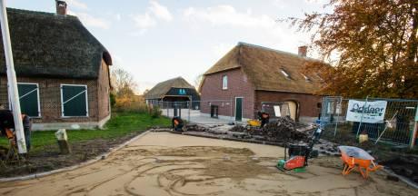 Burenruzie over oprit in Tilburgs buitengebied: buurvrouw plant stoel tussen werklui