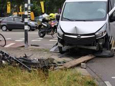 Bestelbus ramt verkeerslicht na uitwijkmanoeuvre