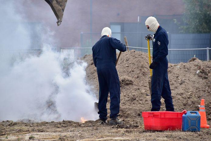 De militairen van DOVO kwamen ter plaatse om de fosforgranaat te bergen, zoals hier op deze archieffoto van eerder deze maand in Ieper.