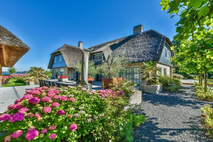 Deze woning aan de Baambrugse Zuwe staat te koop voor 6750.000 euro en is hiermee nu het duurste huis in het Groene Hart.