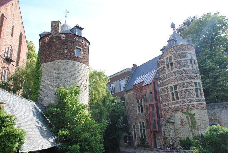 De 12e eeuwse Justus Lipsiustoren (links) en de Janseniustoren (rechts, waren tot voor kort amper zichtbaar voor het grote publiek.