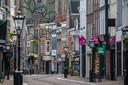 De lege Oudestraat in Kampen op een zondagmiddag.