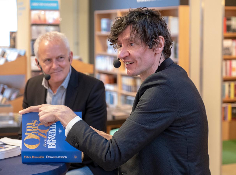 Peter Buwalda vertelt over zijn roman 'Otmars zonen'. Links: Ernst Jan Rozendaal.