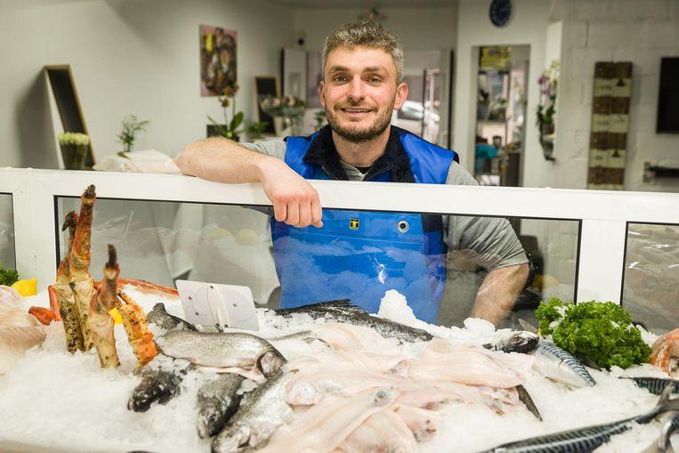 Batughan Kolcu maakte van de voormalige computerwinkel in de Henri Pirennelaan een prachtige vismarkt.