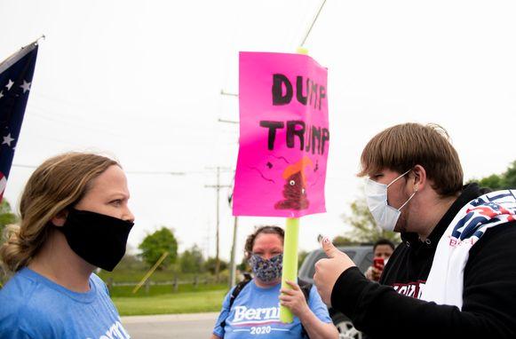 Voor- en tegenstanders van Donald Trump demonstreerden buiten aan de fabriek.   Ze droegen wel beiden mondmaskers.