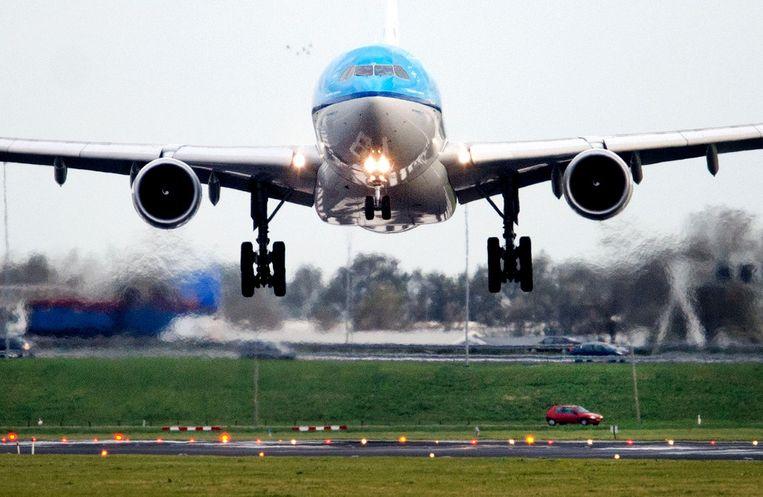 Een vliegtuig landt bijna haaks op de baan op Schiphol, waar landende toestellen veel last hebben van de storm. Beeld ANP