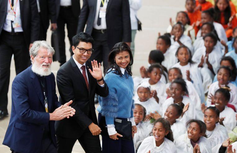 Priester Pedro Opeka, Madagaskars presidentAndry Rajoelina en zijn vrouw Mialy tekenden eveneens present.