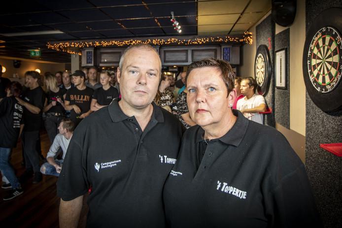 Hans de Caluwé en zijn vrouw Meriam uit Hengelo. Hij heeft de ziekte van Huntington. In café 't Toppertje wordt een dartstoernooi gehouden voor Campagneteam Huntington.