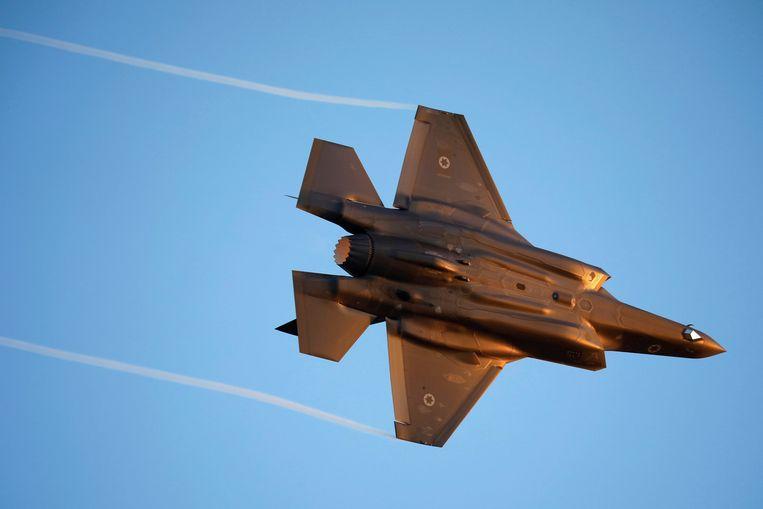 Een Israëlische F-35 boven de luchtmachtbasis Hatzerim in het zuiden van Israël. Beeld Reuters