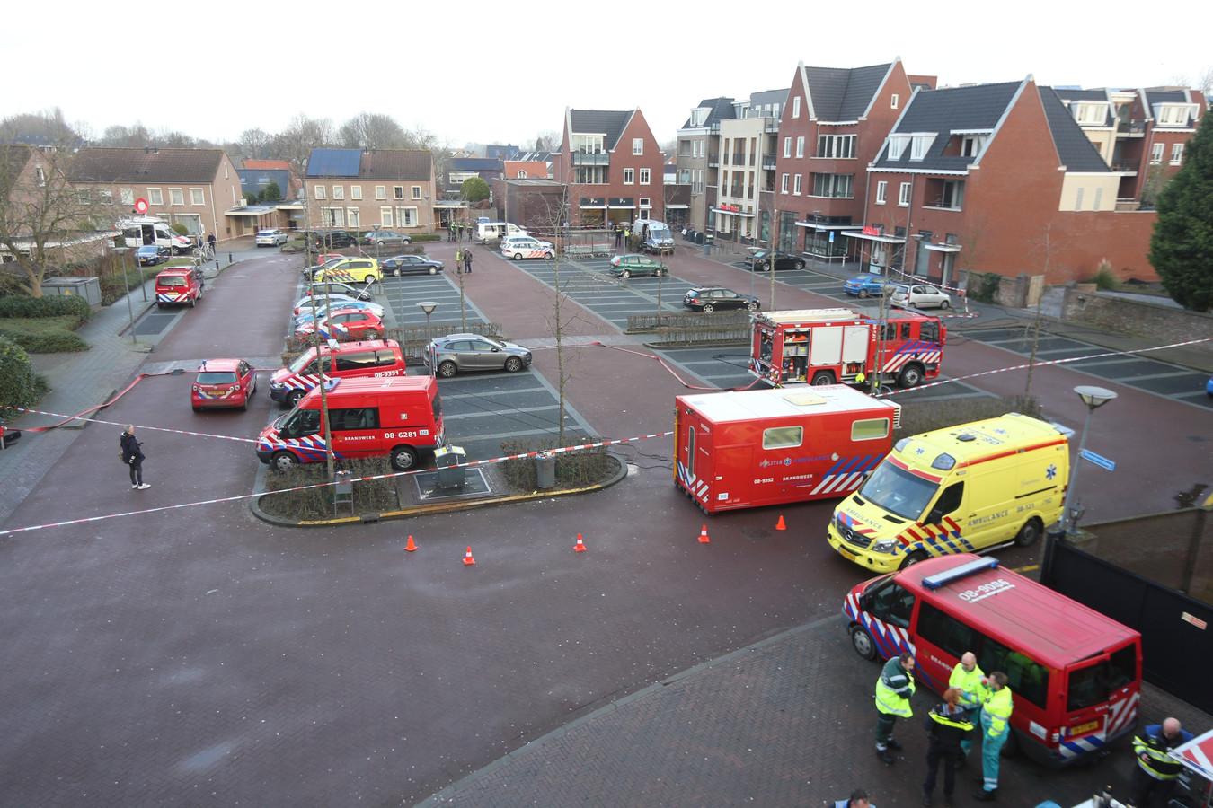 Hulpdiensten op het Gasthuisplein in Kerkdriel, waar een granaat werd gevonden.