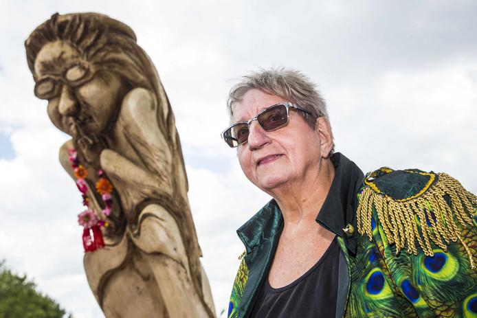 LICHTENVOORDE - Festivaldirectrice Tante Rikie tijdens de presentatie van het standbeeld op festival Zwarte Cross op het festivalterrein in Lichtenvoorde.
