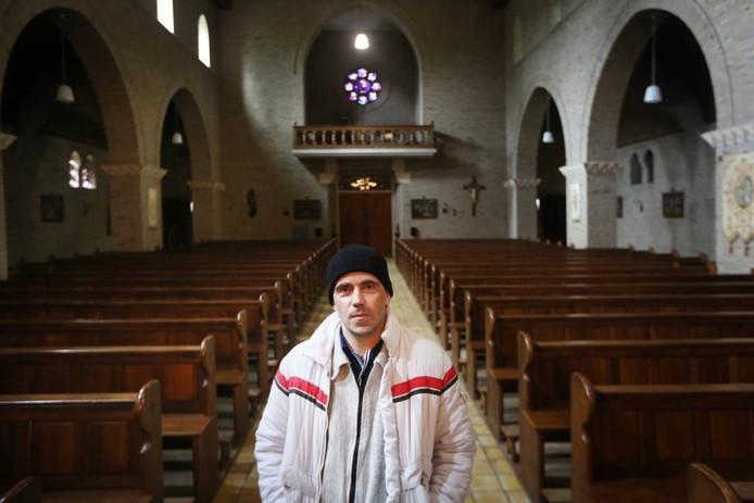 Kunstenaar Paul Veroude koopt de kerk van Hulten en maakt er een atelier van, gecombineerd met een woonverblijf. Onlangs heeft hij afspraken gemaakt met het bisdom over de randvoorwaarden. De kleine dorpsgemeenschap omarmt de kunstenaar. foto Ramon Mangold/het fotoburo