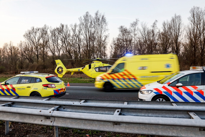 De traumahelikopter landde naast de A59 om assistentie te verlenen.