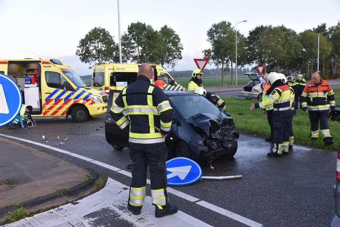 Een van de twee auto's die betrokken was bij de frontale botsing in Beuningen, donderdagochtend.