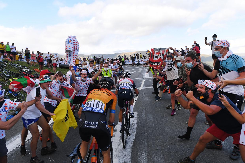 Uitzinnige fans begeleiden renners Richie Porte en Mikel Landa in de Pyreneeënrit van zondag. Coureurs zijn ongerust over mogelijke besmetting. Beeld Tim de Waele / Getty