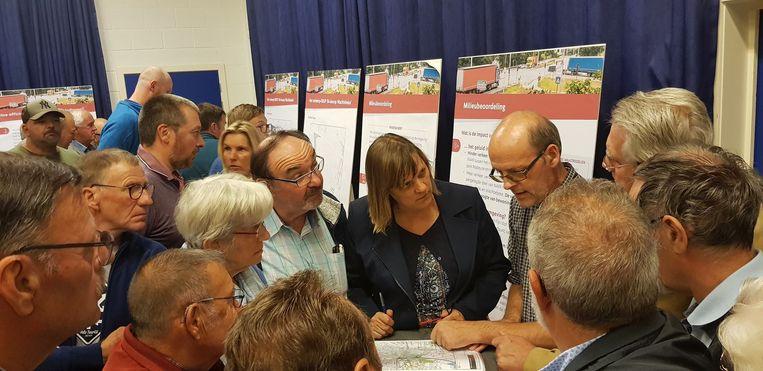 Veel volk op de infomarkt rond de omvorming van de R4-Oost tussen Wachtebeke en Zelzate.