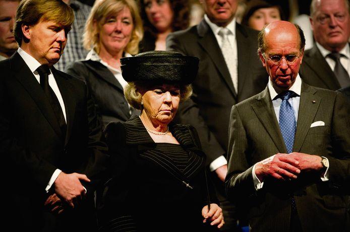 Toenmalig Alphens burgemeester Bas Eenhoorn (rechts) met de koninklijke familie tijdens een herdenking van het schietdrama in 2011.
