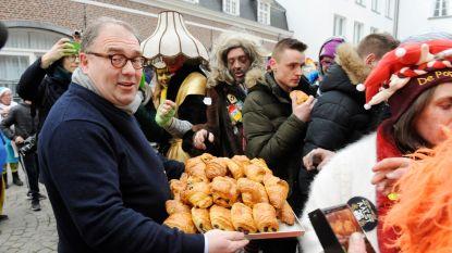 VIDEO: Laatste carnavalisten krijgen koffiekoeken van burgemeester