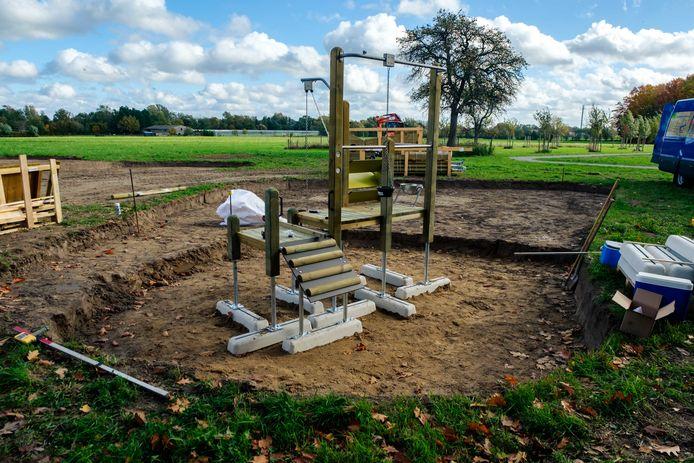 De werken aan de nieuwe speeltuin in Waarloos zijn gestart.