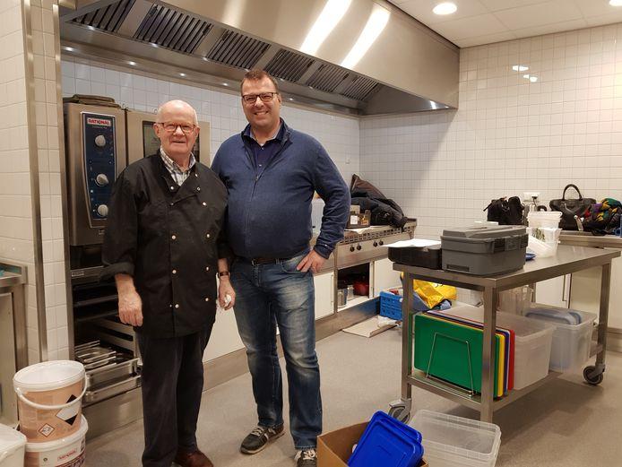 Zakelijk leider Patrick van der Meijden staat in 'zijn' spiksplinternieuwe keuken,samen met zijn vader, die vrijwillig meehielp tijdens de drukte.