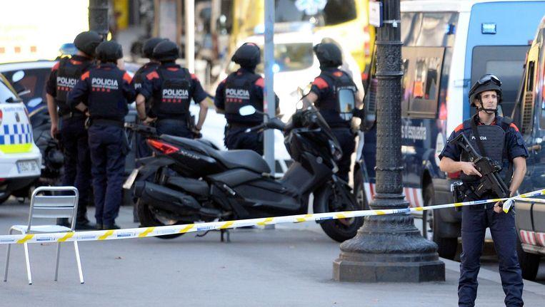 Gewapende politie bij het afgezette gebied op de Ramblas. Beeld AFP