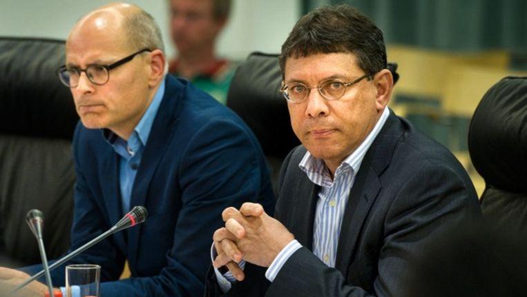 Fractievoorzitter Robert Flos wil vooral spreken over de bedreiging van de nu opgestapte stadsdeelvoorzitter Marcel La Rose (rechts op de foto). Beeld Klaas Fopma / www.klaasfopma.nl
