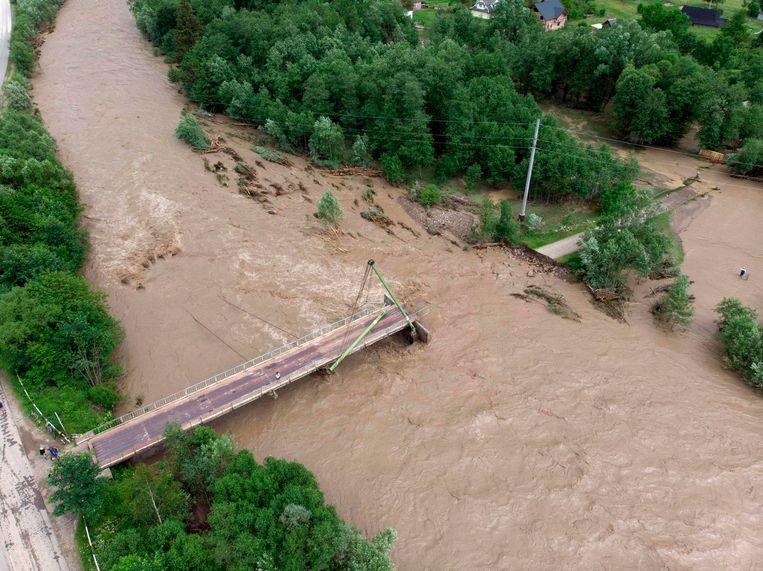 Een brug over de Chornyi Cheremosh-rivier bij het dorp Kryvorivnya in de regio Ivano-Frankivsk werd verwoest door de overstromingen.