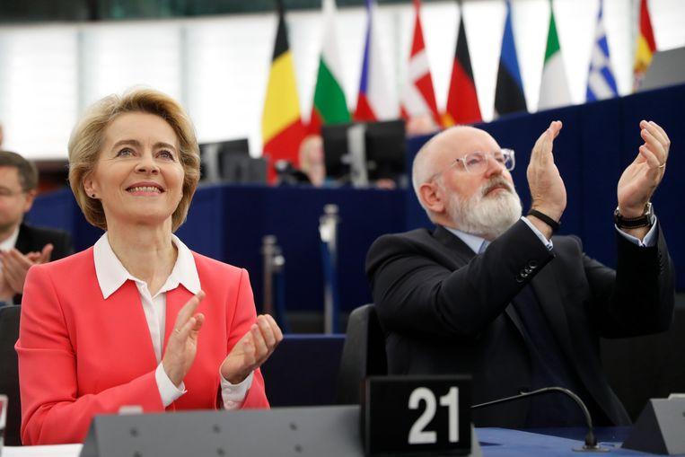 Ursula von der Leyen, voorzitter van de Europese Commissie, met Frans Timmermans, vice-voorzitter, in het Europees Parlement in november. Beeld AP