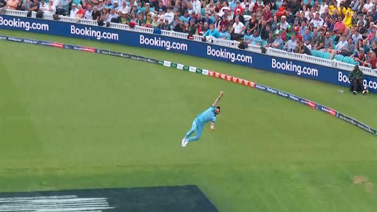 Cricketspeler vangt bal met één hand en gaat viraal