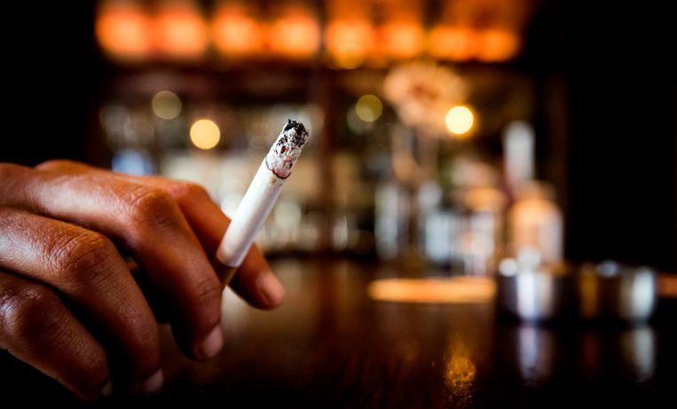 Een roker in een café. Archiefbeeld. Beeld ANP