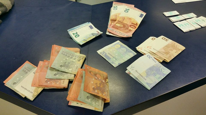 In beslag genomen geld en cocaïne-wikkels.