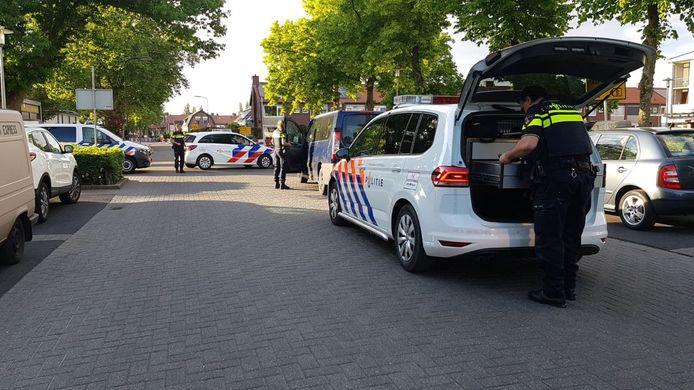 Wild-west in Apeldoorn als een blauw busje aan de Schimmelpenninckstraat plotseling wordt klemgereden door vier politievoertuigen.