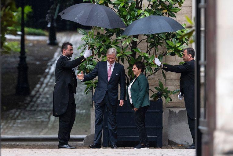 Anders dan z'n vader, zorgt Filip ervoor dat de fotografen elke aankomst mooi in beeld kunnen brengen, ook die van Meyrem Almaci (Groen).