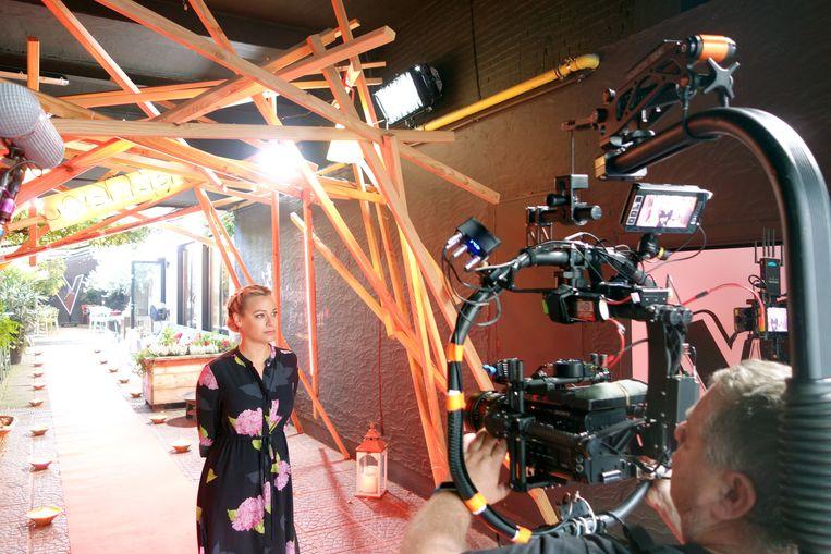 Presentatrice An Lemmens van 'The Voice', bij de opnames in King George Café.