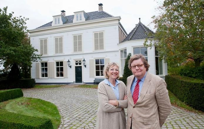 Barbara en Jonathan van Andel voor Huize Zélandia in Noordwelle, wat ze in negen jaar geleden verkochten.
