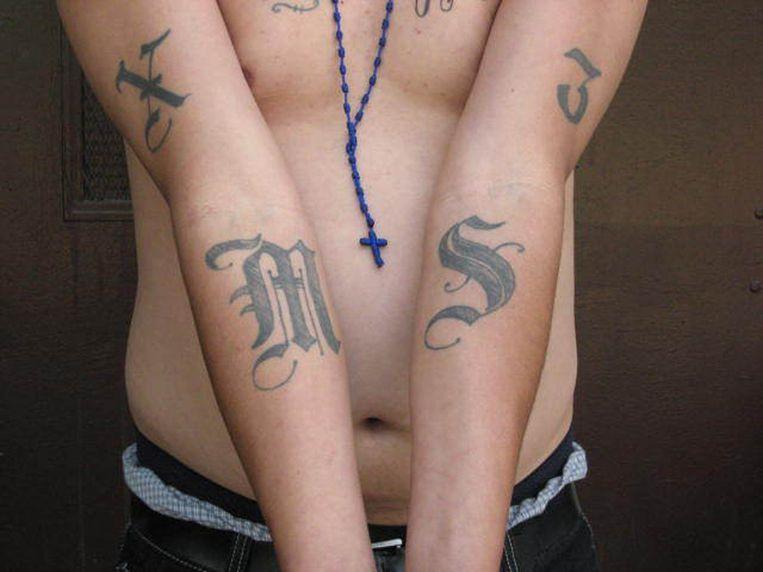 Een bendelid toont zijn MS-13 tatoeages. (archieffoto)