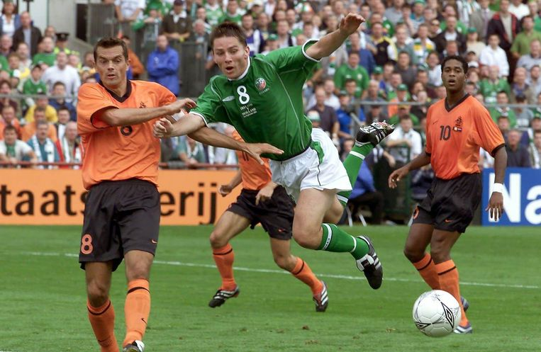 Phillip Cocu in duel met de Ier Matt Holland, rechts Patrick Kluivert. Op Lansdowne Road werd verloren met 1-0, waardoor Oranje vrijwel zeker werd uitgeschakeld voor het WK 2002. Beeld anp