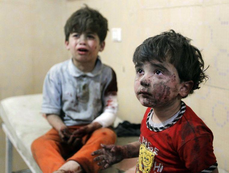 Gewonde kinderen in Aleppo.  Beeld reuters