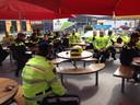 Actievoerende politieagenten pauzeren in het filiaal van McDonalds Best.