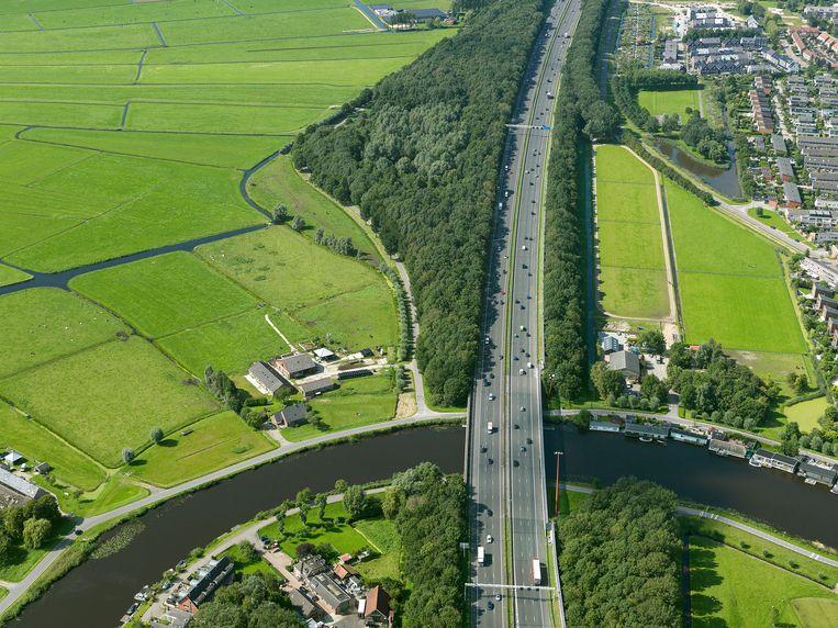 De snelweg A9 langs Ouderkerk aan de Amstel. Beeld Irvin van Hemert/Rijkswaterstaat