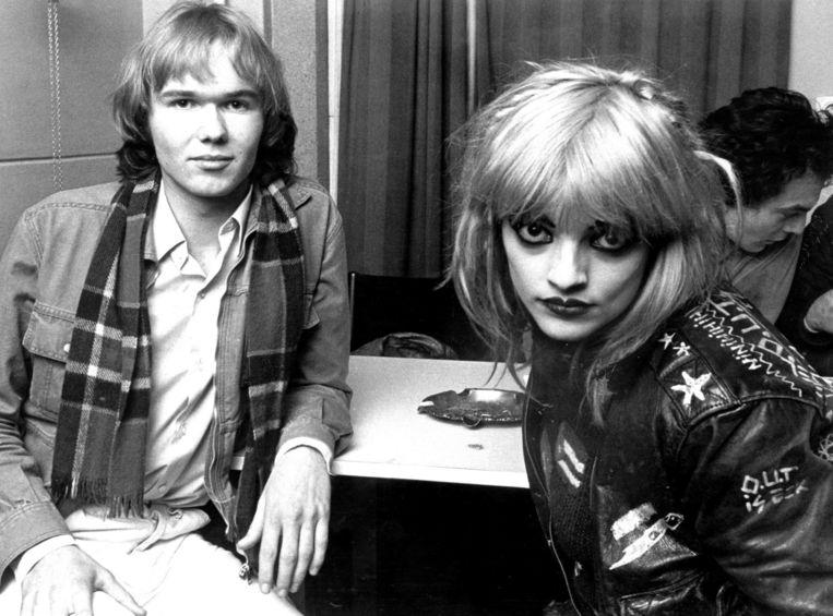 Tom Egbers tijdens zijn allereerste interview (met zangeres Nina Hagen), rond 1975. Beeld