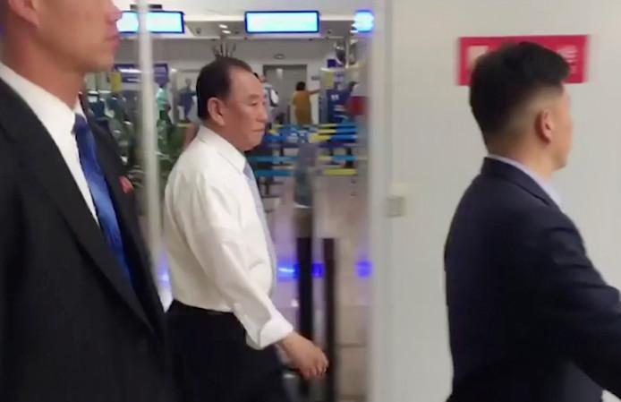 Kim Yong-chol op het vliegveld van Peking