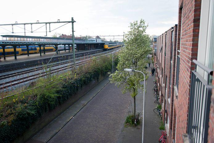 In de oude schilwijken van Deventer liggen de woningen dicht aan het spoor.
